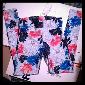 New with tags adorable flower print leggings!!
